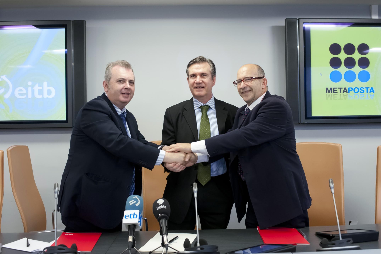 Bernabé Unda, Alberto Surio y Juan Goicolea en la firma del acuerdo entre EITB y METAPOSTA